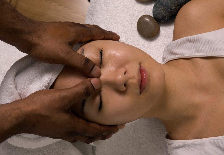 Massage mặt thư giãn