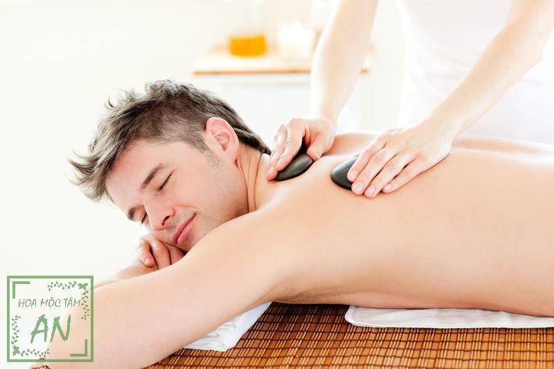 Đấm lưng tẩm quất giảm những cơn đau, mỏi lưng.