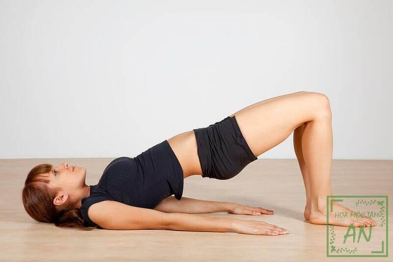 Tư thế chiếc cầu trong Yoga là bài tập giúp giảm đau lưng số được nhiều người lựa chọn