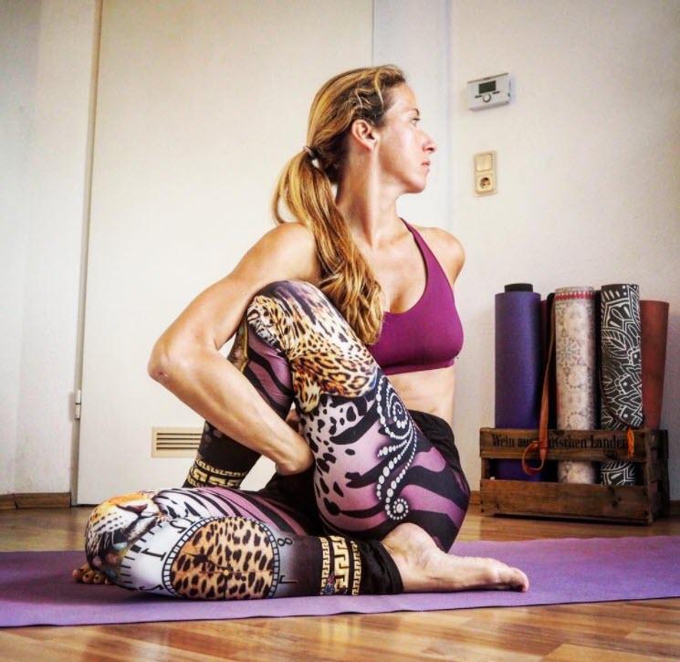Bài tập giảm đau dây thần kinh tọa tư thế ngồi - Nguồn Instagram tine_yogini