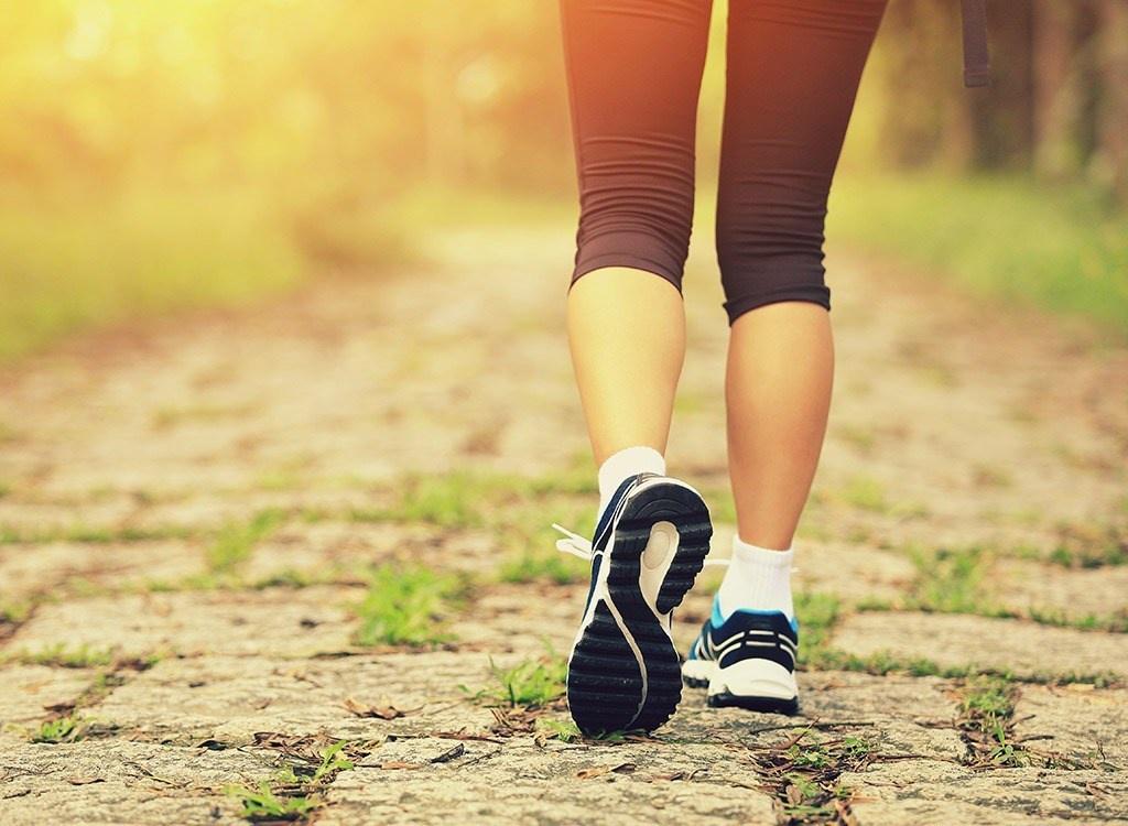 đau lưng có nên đi bộ không